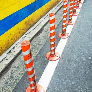 紅白の駐車禁止のポールの写真素材 [FYI03176226]