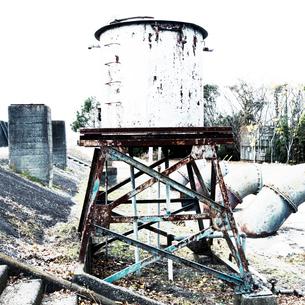 漁港脇の古びたタンクの写真素材 [FYI03176243]