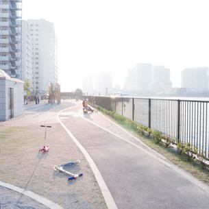 隅田川河口の水辺の児童公園の写真素材 [FYI03176248]