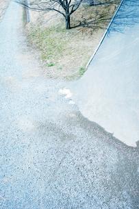 砂利道と舗装路の交わる光景の写真素材 [FYI03176267]