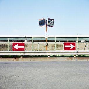 高速道路が見えるT字路の標識の写真素材 [FYI03176268]