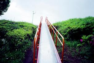 曇り空の公園の滑り台の写真素材 [FYI03176356]