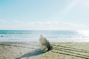 海辺の椅子に掛て、日を浴びるお年寄りの写真素材 [FYI03176359]