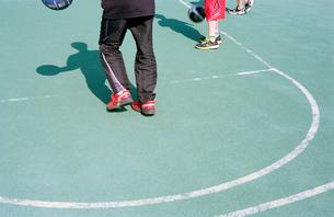 バスケットコートの三人の少年の写真素材 [FYI03176384]