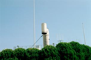 屋上庭園の白い煙突とアンテナとポールの写真素材 [FYI03176385]