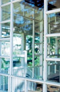 山手テニス発祥記念館の窓ガラスの写真素材 [FYI03176390]