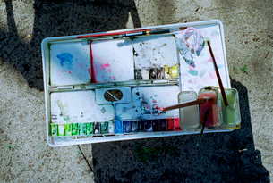 公園の隅に置かれていた水彩パレットの写真素材 [FYI03176391]