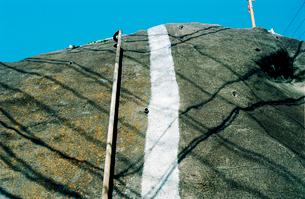 崩落防止のコンクリで固められた住宅地の崖の写真素材 [FYI03176392]