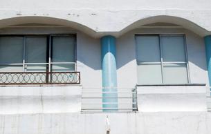 薬局二階のファサード様式の窓の写真素材 [FYI03176394]