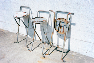 海辺のバス停裏に置かれた古い椅子の写真素材 [FYI03176397]