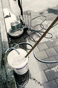 歩道に準備されたビル清掃用具の写真素材 [FYI03176432]