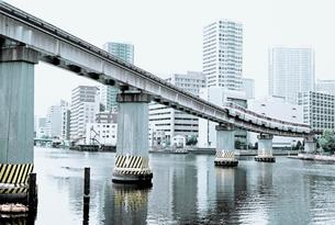 品川港南の運河を渡る東京モノレールの写真素材 [FYI03176440]