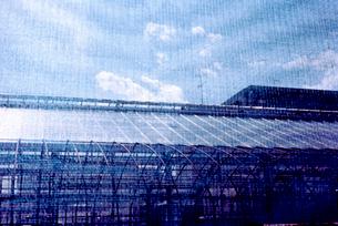 ブルーのネットから覗いた農業用ハウスの写真素材 [FYI03176451]