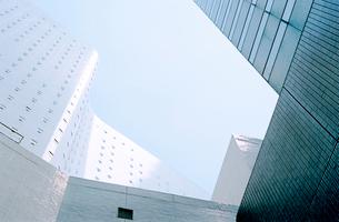 白色のビルの谷間からの写真素材 [FYI03176452]