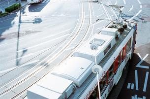 歩道橋から見た豊橋市の路面電車の写真素材 [FYI03176454]