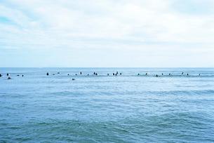 波を待つサーファーの遠景の写真素材 [FYI03176459]