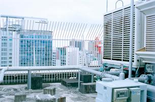 駅ビル屋上の空調設備の写真素材 [FYI03176470]
