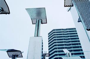 高層住宅広場の銀色モニュメントの写真素材 [FYI03176474]
