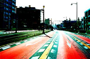 逆光に輝く路面の交通標識の写真素材 [FYI03176477]