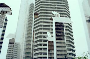 高層住宅広場の銀色モニュメントの写真素材 [FYI03176481]