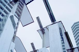 高層住宅広場の銀色モニュメントの写真素材 [FYI03176484]