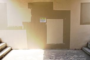 ペンキのいたずら書きが修復された地下道側面の写真素材 [FYI03176490]