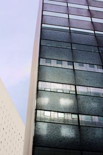 ビルの窓に映るビルの写真素材 [FYI03176499]