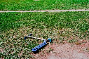 運動公園グランドに置き忘れられた二輪スクーターの写真素材 [FYI03176500]