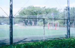 昭和記念公園のサッカー場とフェンスの写真素材 [FYI03176512]