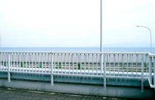 東名高速由比PA売店屋上から見た高速本線と海の写真素材 [FYI03176524]