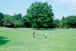 昭和記念公園の草地と二人の管理人の写真素材 [FYI03176525]
