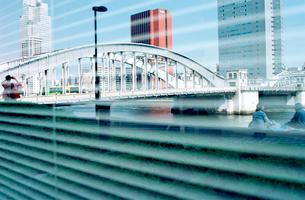 ブラインドの降りたビルの窓に映る勝どき橋の写真素材 [FYI03176552]