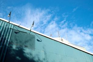 照明灯をエクステリアにしたモダンな建物の側壁の写真素材 [FYI03176571]