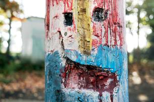 古い木製電柱に刻み描かれた絵の写真素材 [FYI03176579]