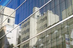 ビルのガラス窓に映る銀座ビル群の写真素材 [FYI03176595]