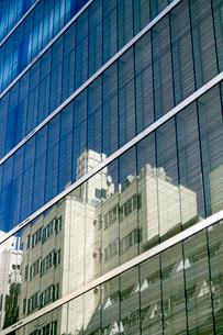 ビルのガラス窓に映る銀座裏ビル群の写真素材 [FYI03176596]