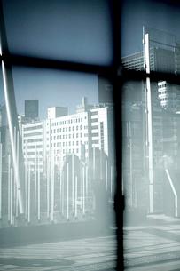 ビルのガラス窓に映る丸の内ビル群の写真素材 [FYI03176612]