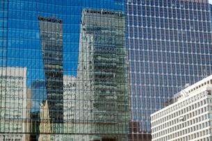 新装のビルのガラス窓に映る丸の内ビル街の写真素材 [FYI03176613]