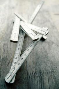 折りたたみ式の白い木製スケールの写真素材 [FYI03176615]