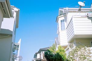 パラボラアンテナと白い建物が目立つ住宅地の写真素材 [FYI03176625]