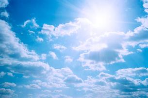 青空と太陽と白い雲の写真素材 [FYI03176640]