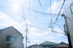 住宅街の青空と白い雲の写真素材 [FYI03176643]