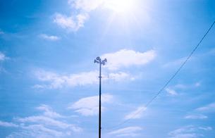 広報スピーカーと青空と太陽の写真素材 [FYI03176648]