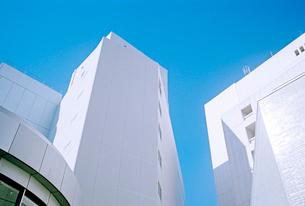 白いビルの写真素材 [FYI03176652]