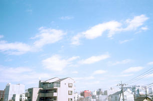 街と青空と白い雲の写真素材 [FYI03176653]