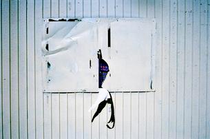 壁から剥がれたポスターの写真素材 [FYI03176655]