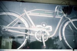 ショーウインドーに飾られたサイクリング自転車の写真素材 [FYI03176666]