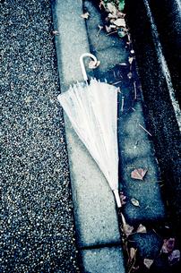 置き捨てられたビニール傘の写真素材 [FYI03176670]