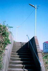 郊外住宅敷地への階段と防犯灯の写真素材 [FYI03176674]