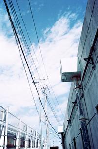陸橋脇の側道の写真素材 [FYI03176678]